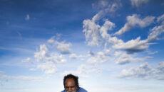 Richard Hunter ze śladem zauropoda (University of Queensland)