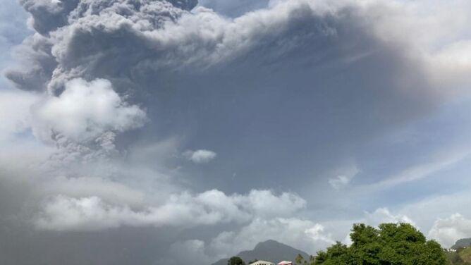 Dym i popiół unoszą się nad wulkanem La Soufriere. Ewakuowano tysiące osób