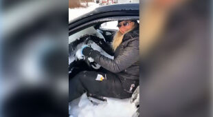 Śnieg wpadł do samochodu